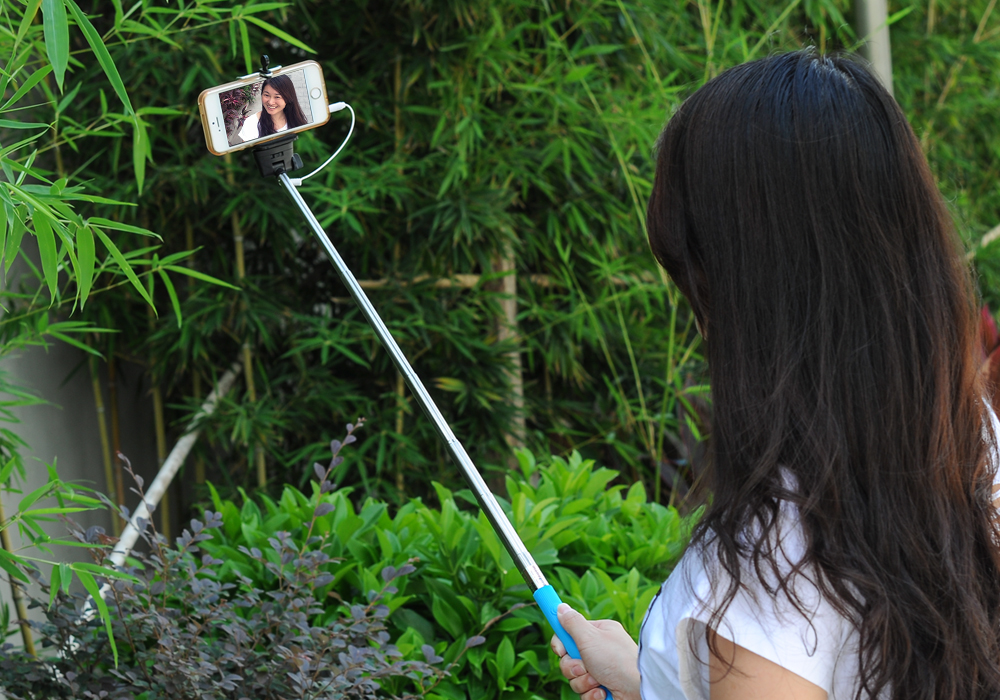 Mini Folding Selfie Photo Stick - For Android And iOS Cell Phones Measuring 5.5 To 8.5cm, Extends To 83cm (Blue)
